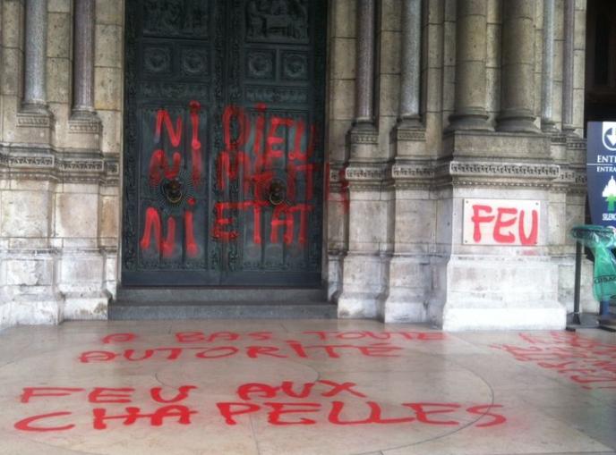 Profanation ordinaire d'une église en France, ici Montmartre, comme à Sarre-Union par des antifas.