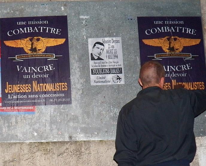 La répression de leur régime d'occupation, les nationalistes la subissent depuis longtemps : ci-dessus, collage des Jeunesses nationalistes en hommage à Sébastien Deyzieu.