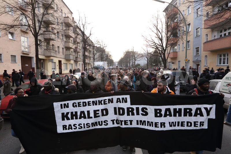 Extrême gauche et étrangers unis dans le mensonge et la haine de l'Allemagne.