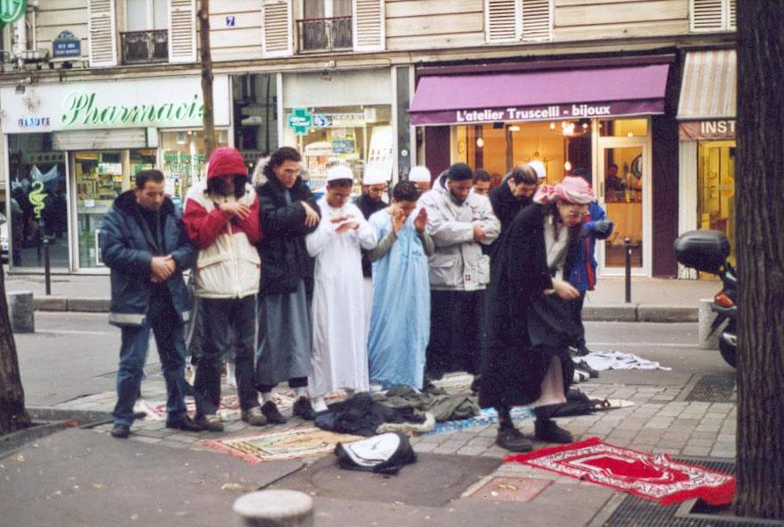 [Farid Benyettou organisant une prière dans la rue avec la bénédiction à l'époque de Nicolas Sarkozy, ici rue Jean-Pierre Timbaud]