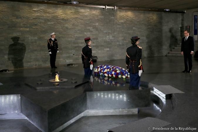 Les 8 aviateurs français n'ont pas eu droit à la visite du président, mais des étrangers 'morts' ont droit à tous les honneurs