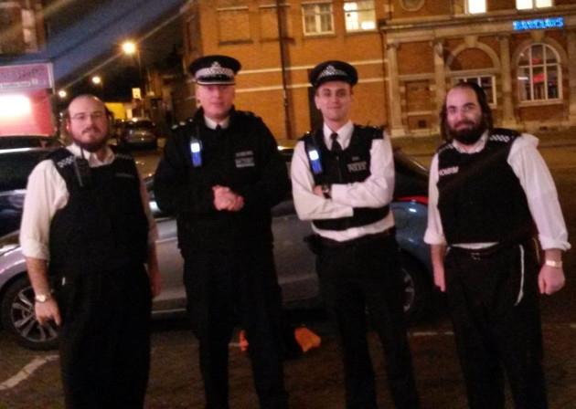 La police londonienne encadrée par des shomrim.