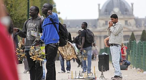 revendeurs à la sauvette près du Trocadéro, à Paris (DR)
