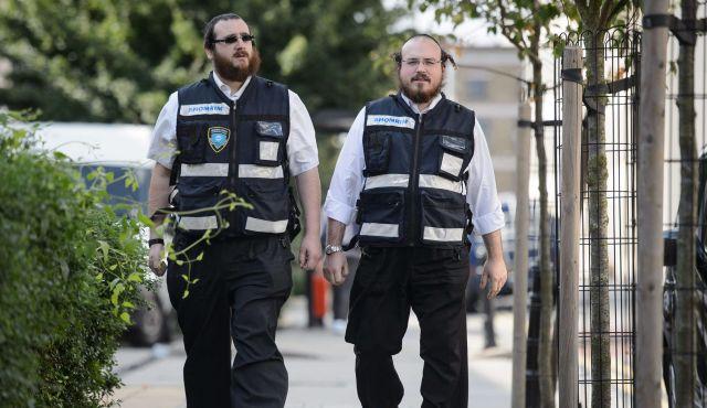 Des juifs ultra-orthodoxes patrouillent dans Londres.
