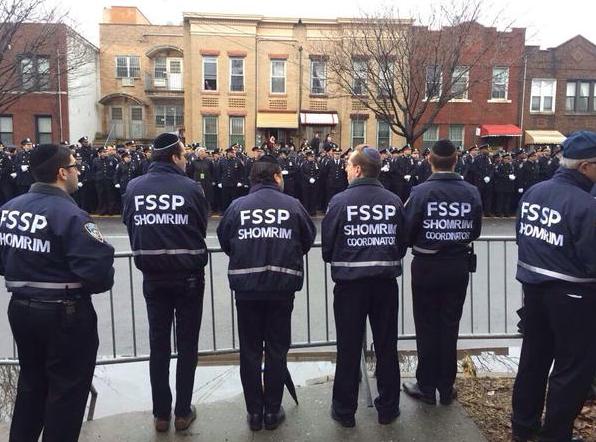 """Hypocrites, des """"shomrim"""" défilent derrière les policiers de New York après l'assassinat de l'un des leurs par un Noir au cerveau pourtant manipulé par… leurs médiats."""