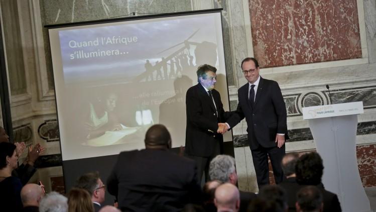 François Hollande pose avec Jean-Louis Borloo dans l'espoir d'attirer les quelques voix qui se portaient sur l'ancien ministre de Sárközy.
