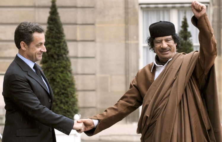 Kadhafi-Sarkozy-poing-levé