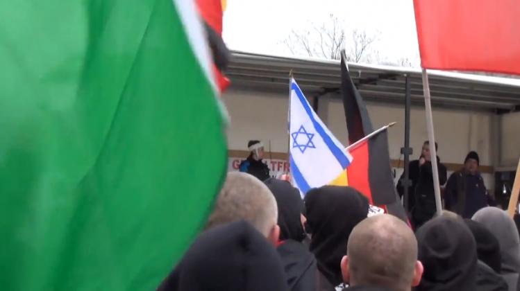 Un drapeau de l'État criminel juif flottant au milieu des drapeaux allemands ) Wuppertal.