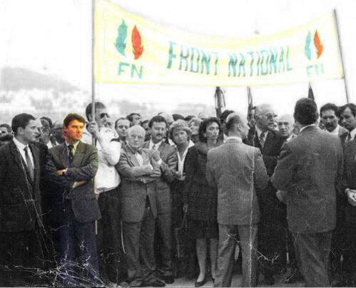 Christian Estrosi pose auprès de la banderole FN
