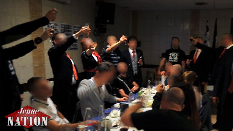 Durant le banquet, les chants nationalistes.