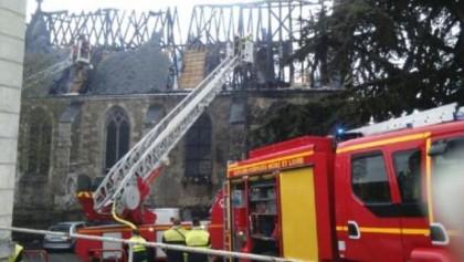 Une église détruite après un incendie criminel à Saint-Martin-le-Beau