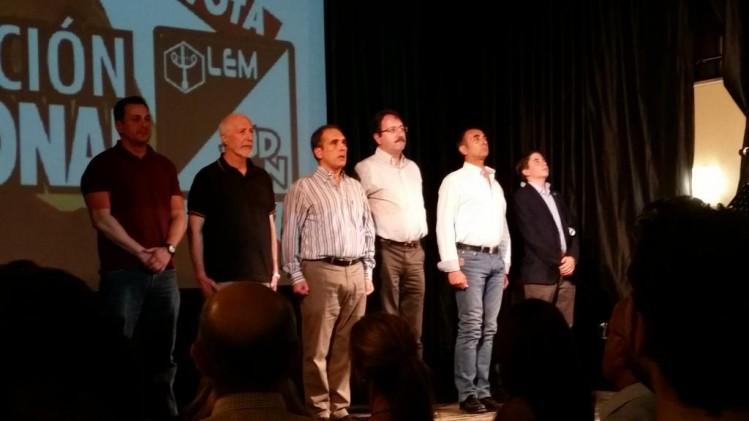 À l'issue de la réunion, les orateurs entonnent l'hymne national