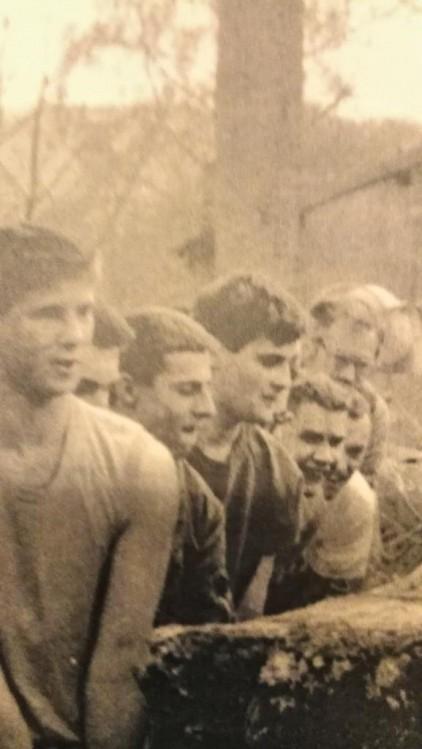 Sébastien Deyzieu lors d'un camp de l'Œuvre française, ici avec Yvan Benedetti et deux autres militants (crédit photo : Œuvre française)