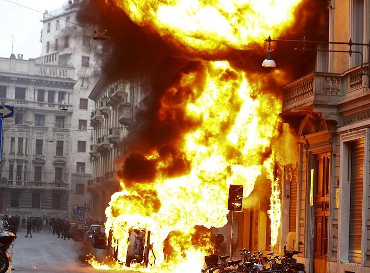 Une fois encore, au mépris de la vie des gens, des simples citoyens, les extrémistes ont multiplié les incendies volontaires dans la ville, mais ni contre les parlements, ni contre les sièges des mafias.
