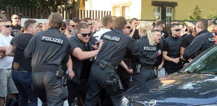 DR-les racailles anti-allemandes protégées par la police qui empêche les nationalistes d'agir