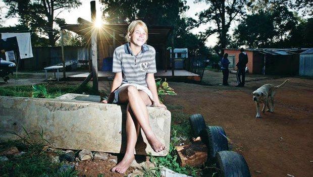 La jeune championne Irène, pieds nus au milieu du campement blanc
