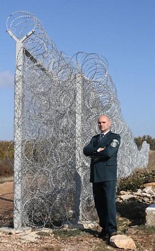 Ivan Stoyanov pose devant la frontière anti-invasion