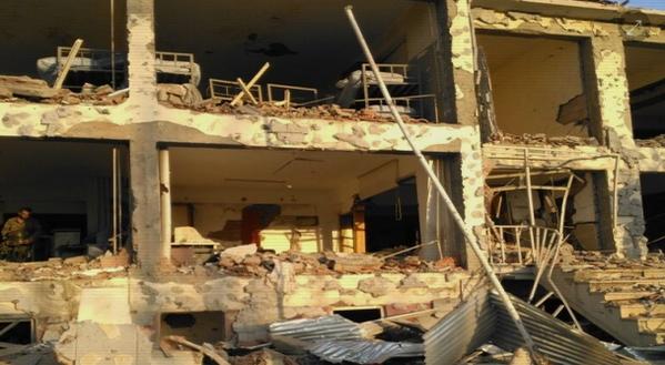 La façade de la gendarmerie de Karabulak après l'attaque