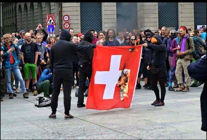 La racaille d'extrême-gauche brûle notre drapeau national en toute impunité !