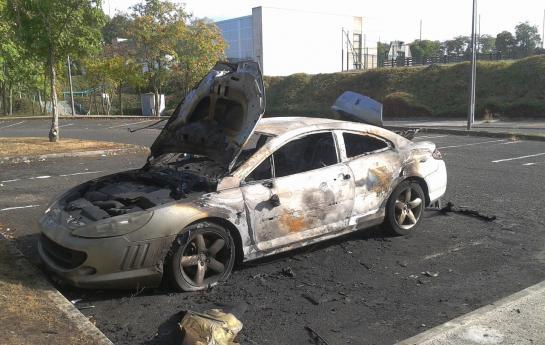 Montataire, le 15 août. A priori volée, cette voiture a été incendiée, rue 19 mars 1962 dans le quartier des Martinets. Ce secteur est une des cibles privilégiées des incendiaires. (DR.)