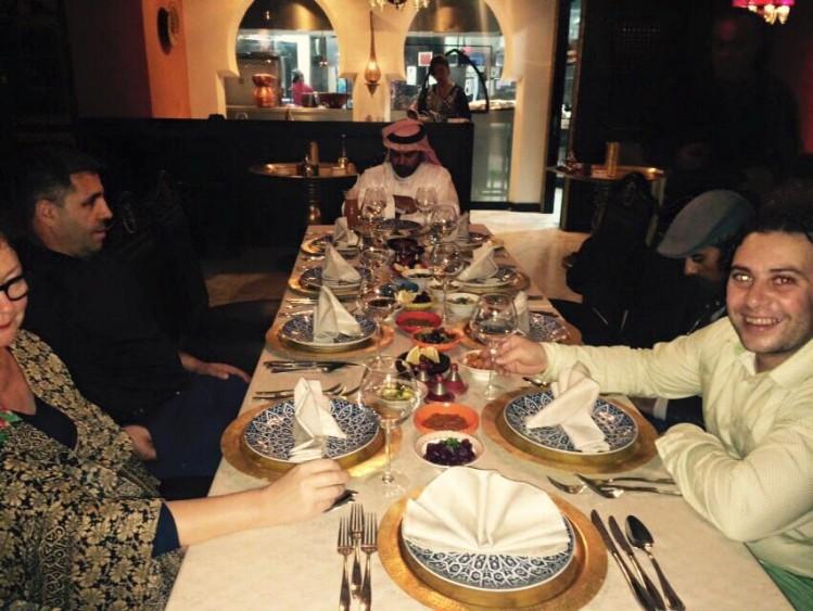 Corine Pagny dans un restaurant au Qatar, terre bien connue de la liberté d'expression, de l'accueil des 'migrants' et de la défense des minorités.