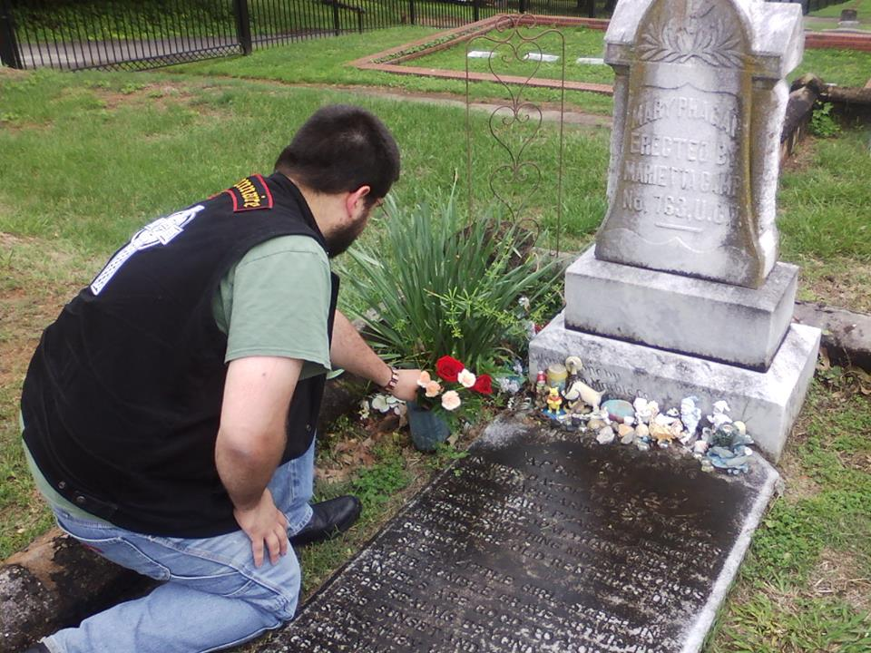 http://www.jeune-nation.com/wp-content/uploads/2015/10/Laying-flowers-at-the-grave-of-Mary-Phagan-to-remember-the-102nd-anniversary-of-her-tragic-death..jpg