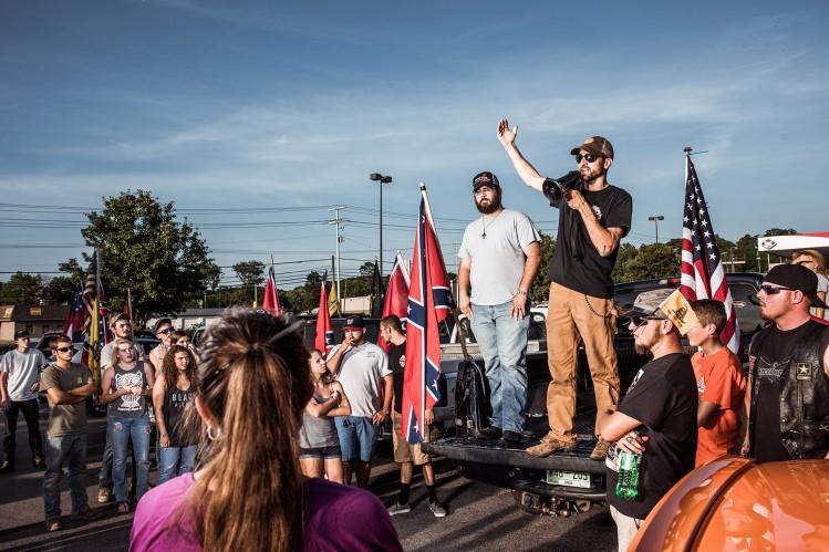 Tom Piece (à droite) et Mathew Heimbach, (à gauche)  durant une manifestation pour la défense du drapeau sudiste à Seymour (Tennessee)