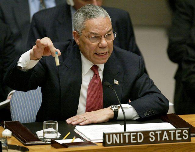 [Le secrétaire d'État et criminel contre l'humanité Colin Powell présente les fausses «preuves» pour justifier la destruction de l'Irak]