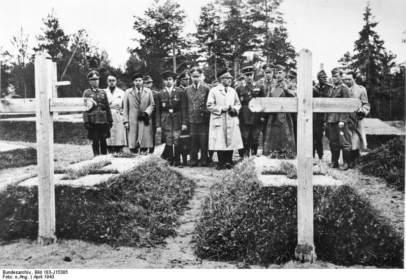 Robert Brasillach (2e en partant de la gauche) à Katyn. Il fut l'un des premiers Français a constaté l'étendue de l'horreur du bolchevisme, qui massacre plusieurs dizaines de milliers de Polonais en quelques semaines.