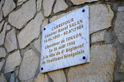 Toulon Carrefour Raoul Salan Plaque commémorative dégradée