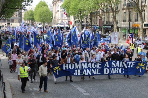 Le défilé organisé par CIVITAS en hommage à Sainte Jeanne d'Arc