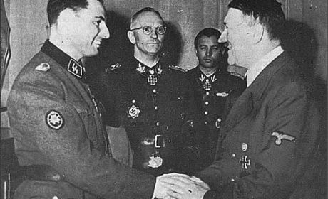 À deux poignées de main d'Hitler
